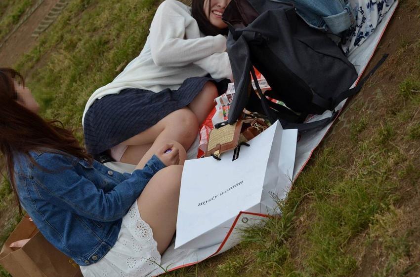 【パンチラエロ画像】素人娘のパンチラ見れた時ってめっちゃ得した気分になるよな!? 58