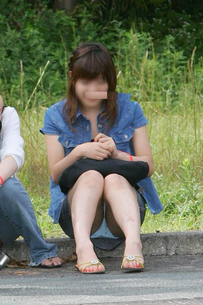 【パンチラエロ画像】素人娘のパンチラ見れた時ってめっちゃ得した気分になるよな!? 78