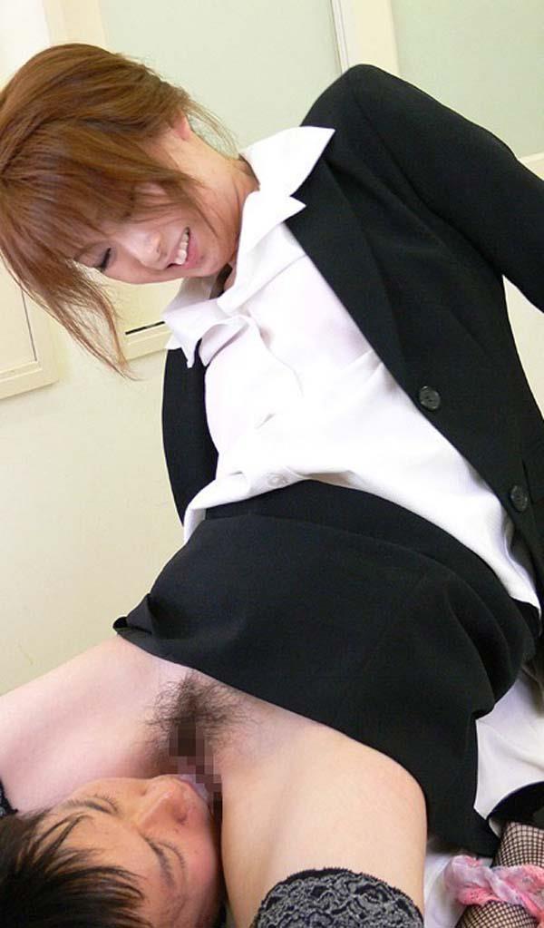 【顔面騎乗エロ画像】パートナーの顔面に股間を擦り付けてクンニを強請るプレイ! 27