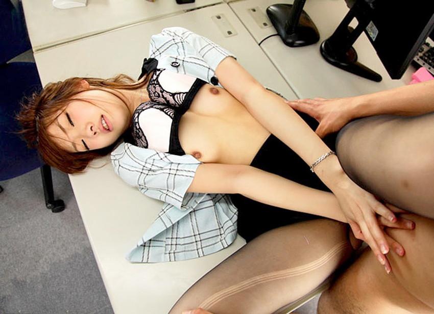 【着衣セックスエロ画像】全裸ばかりがセックスのスタイルではない!着衣セックス! 32