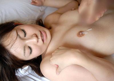 【射精エロ画像】これはセックス事後?女の子の体にザーメントッピング!