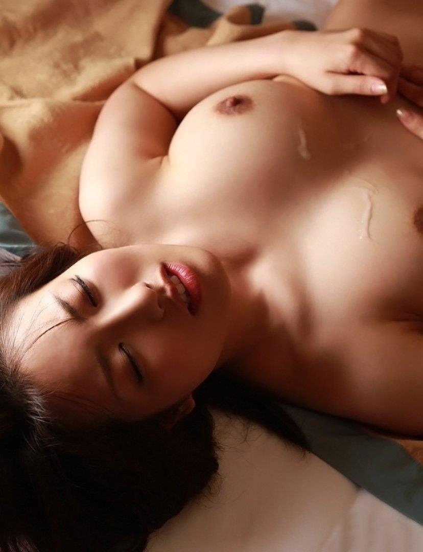 【射精エロ画像】これはセックス事後?女の子の体にザーメントッピング! 50