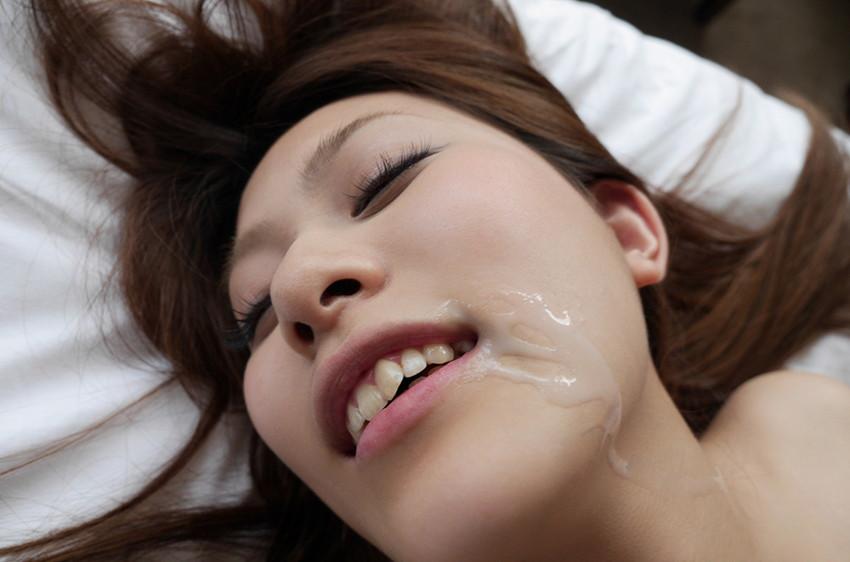 【顔射エロ画像】女の子の可愛い顔面に男の欲望汁がべったりと…卑猥! 31