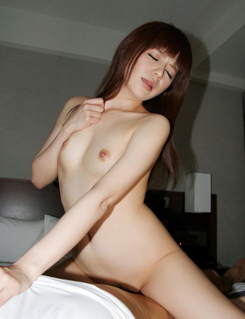 【騎乗位エロ画像】女の子がえっさほいさ!と腰を使うセックスの体位 18