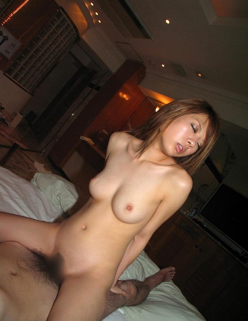 【騎乗位エロ画像】女の子がえっさほいさ!と腰を使うセックスの体位 36