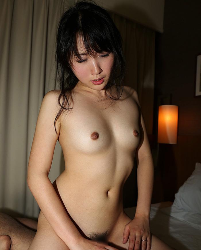 【騎乗位エロ画像】女の子がえっさほいさ!と腰を使うセックスの体位 52