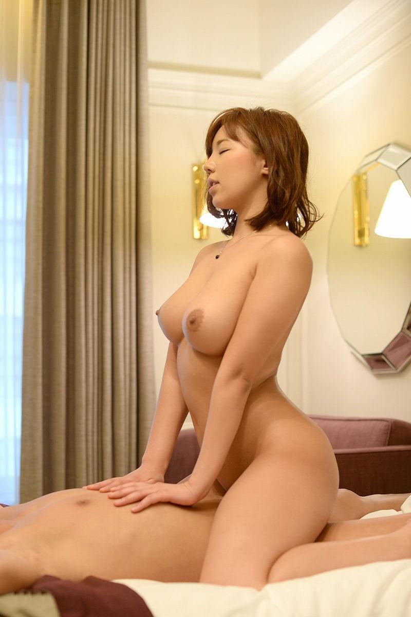 【騎乗位エロ画像】女の子がえっさほいさ!と腰を使うセックスの体位 56