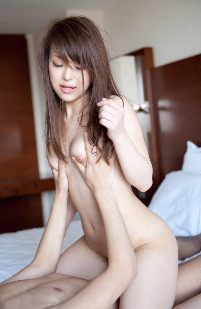 【騎乗位エロ画像】女の子がえっさほいさ!と腰を使うセックスの体位 65