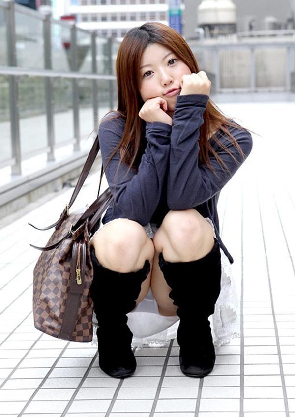 【しゃがみ込みパンチラエロ画像】しゃがみこんだ女の子の股間に見えた天国! 28