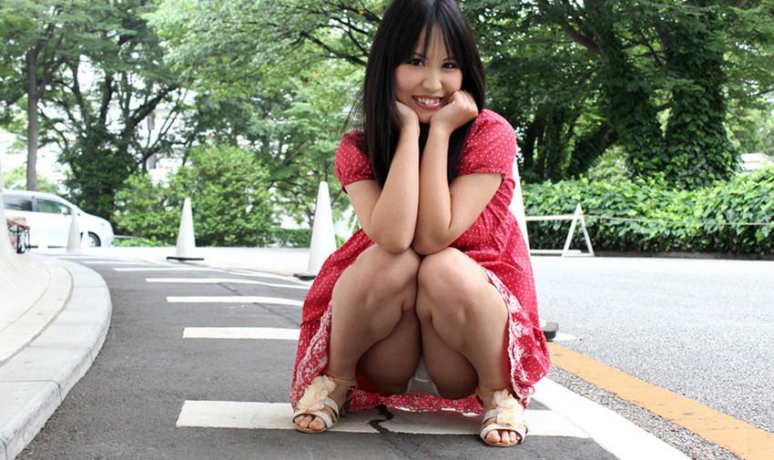 【しゃがみ込みパンチラエロ画像】しゃがみこんだ女の子の股間に見えた天国! 30