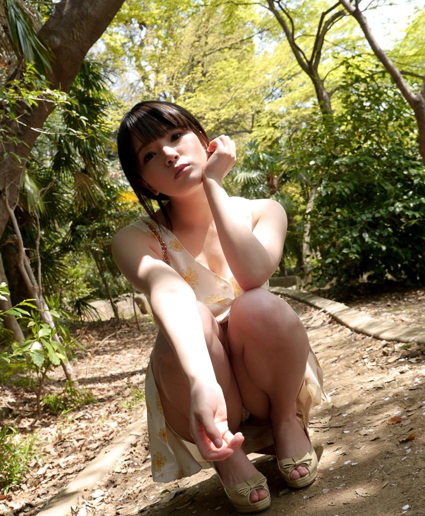 【しゃがみ込みパンチラエロ画像】しゃがみこんだ女の子の股間に見えた天国! 49