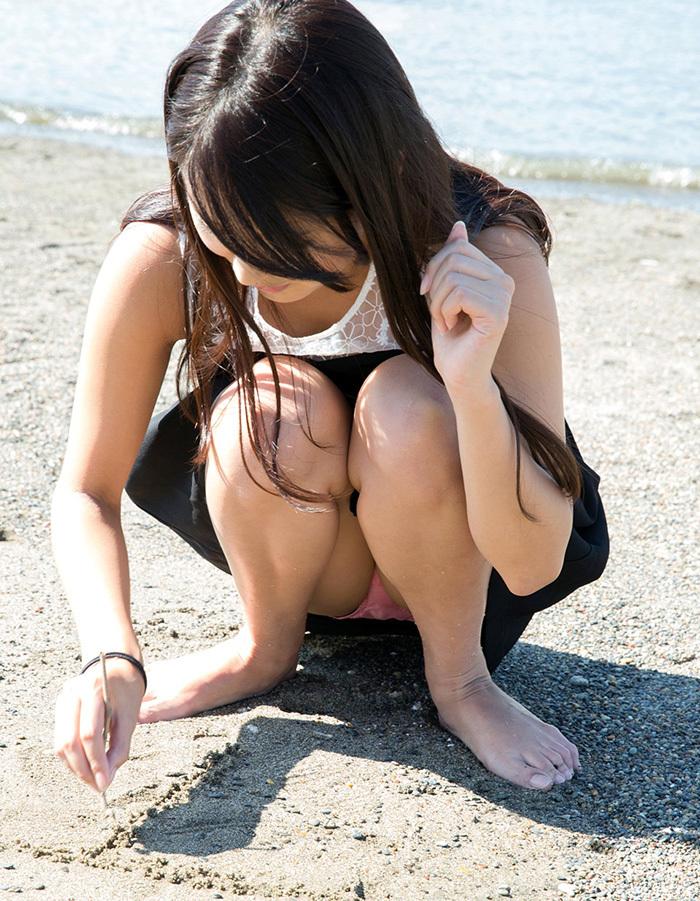 【しゃがみ込みパンチラエロ画像】しゃがみこんだ女の子の股間に見えた天国! 63