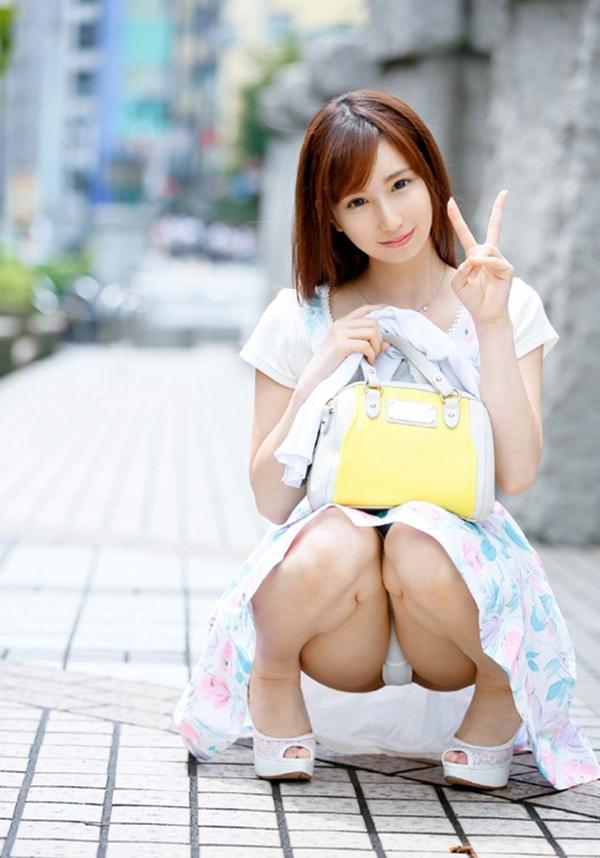 【しゃがみ込みパンチラエロ画像】しゃがみこんだ女の子の股間に見えた天国! 72