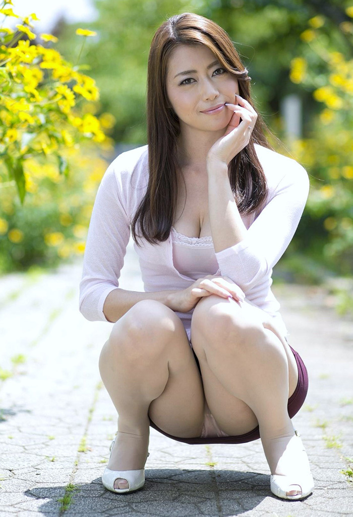 【しゃがみ込みパンチラエロ画像】しゃがみこんだ女の子の股間に見えた天国! 76