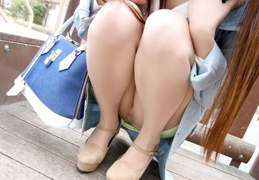 【しゃがみ込みパンチラエロ画像】しゃがみこんだ女の子の股間に見えた天国! 79