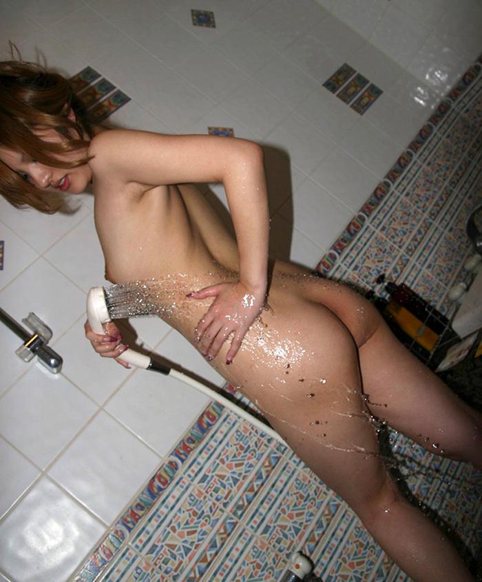 【シャワーエロ画像】この滴る水滴になりたい!全裸でシャワー中の女の子画像 03
