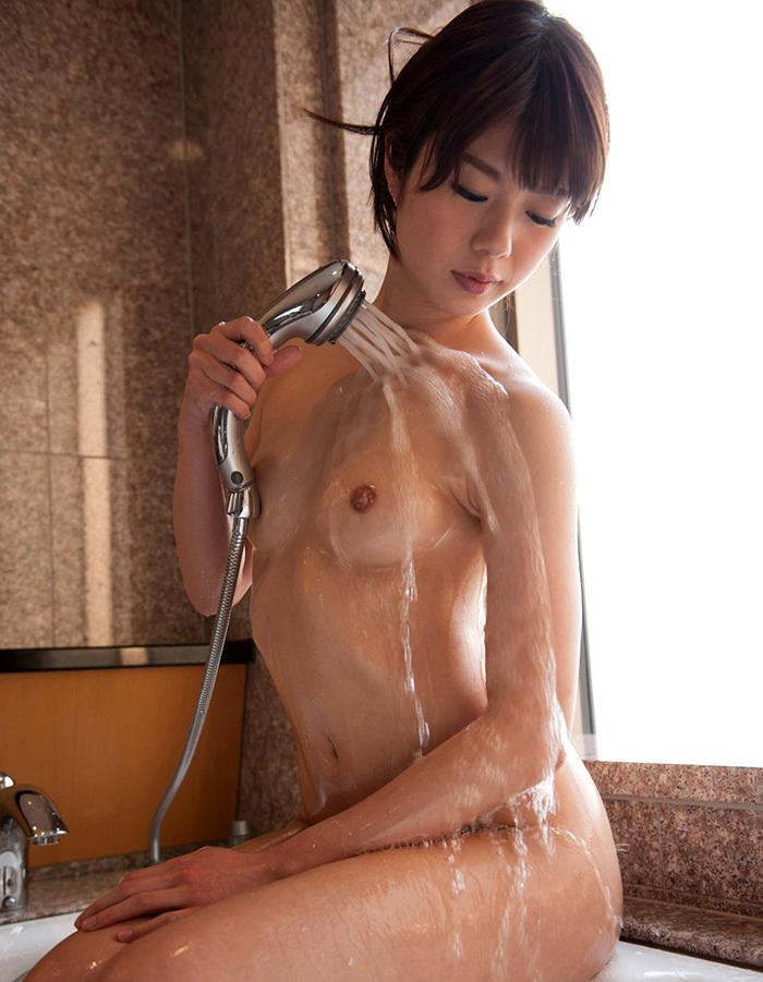 【シャワーエロ画像】この滴る水滴になりたい!全裸でシャワー中の女の子画像 09