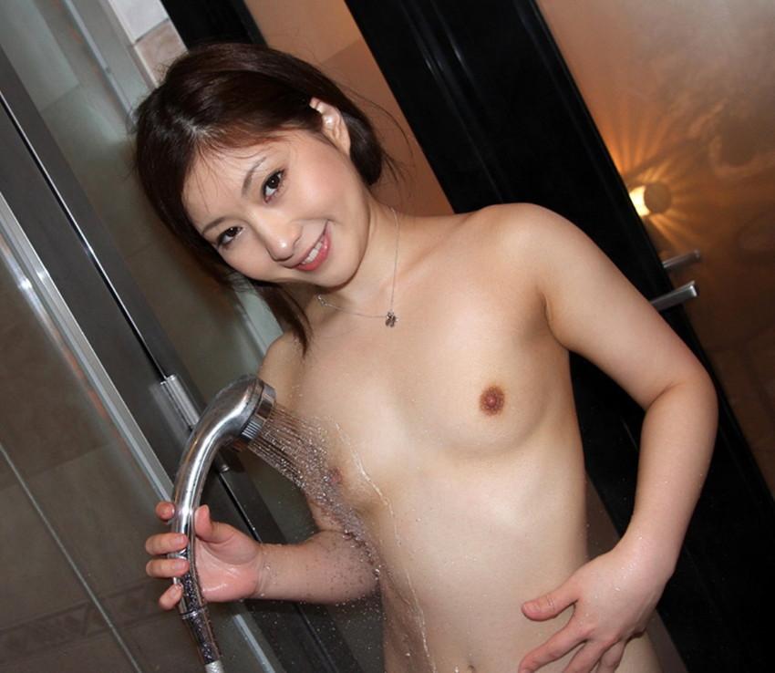 【シャワーエロ画像】この滴る水滴になりたい!全裸でシャワー中の女の子画像 35