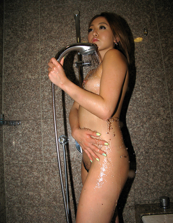 【シャワーエロ画像】この滴る水滴になりたい!全裸でシャワー中の女の子画像 37