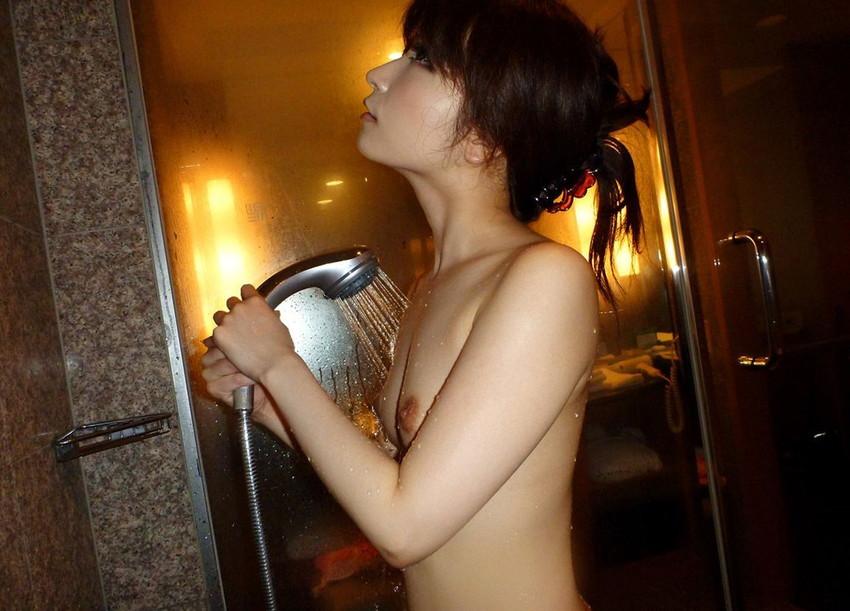【シャワーエロ画像】この滴る水滴になりたい!全裸でシャワー中の女の子画像 55