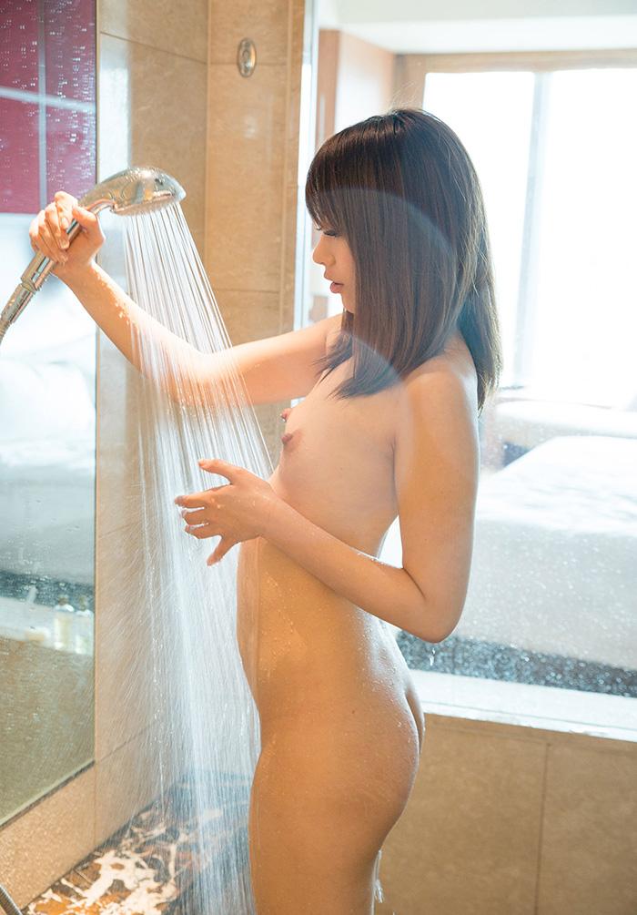 【シャワーエロ画像】この滴る水滴になりたい!全裸でシャワー中の女の子画像 64