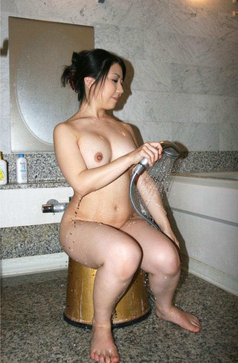 【シャワーエロ画像】この滴る水滴になりたい!全裸でシャワー中の女の子画像 80