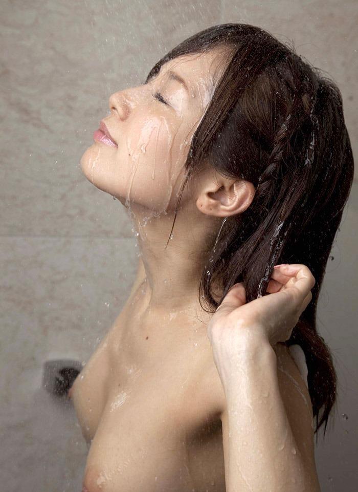 【シャワーエロ画像】この滴る水滴になりたい!全裸でシャワー中の女の子画像 82