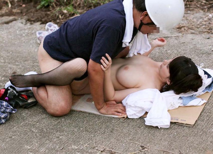 催してしまったら場所を選ばず!屋外でセックスするカップルの画像! 35