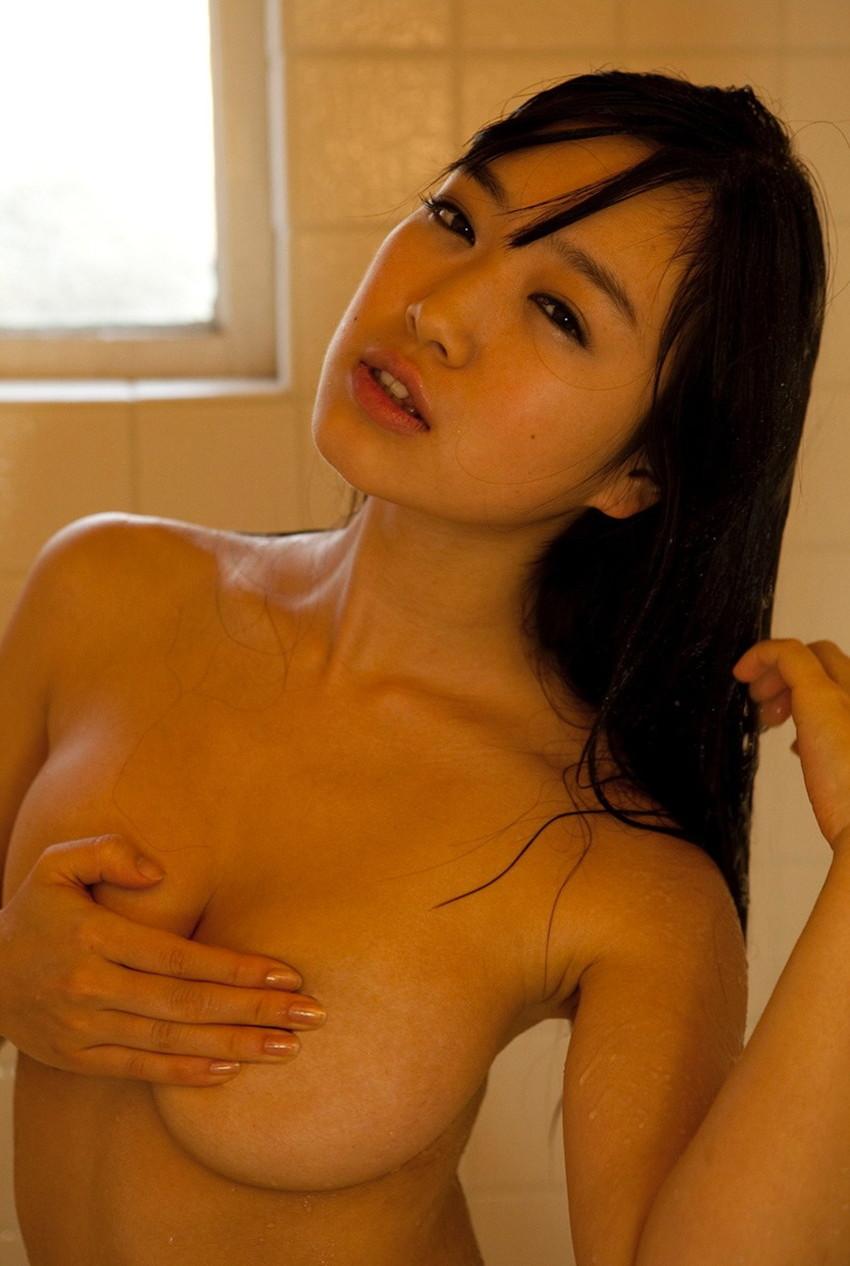 【手ブラエロ画像】おっぱいを隠しているのに、やたらとエロく感じる手ブラ! 49