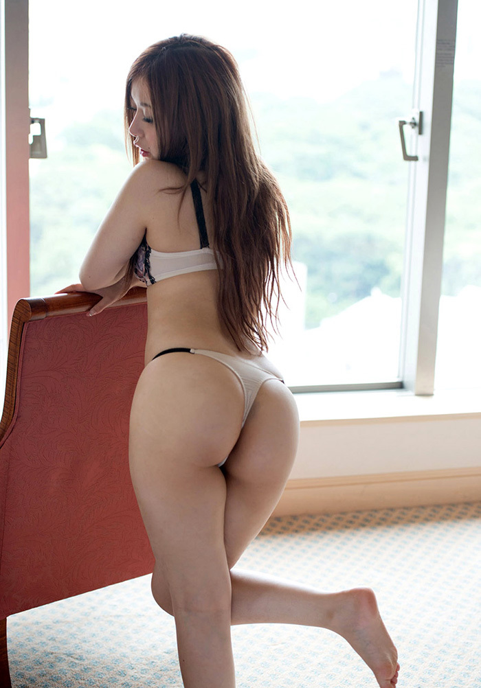 【Tバックエロ画像】美尻の女の子に絶対はいてもらいたいパンティーがこちらwww 15