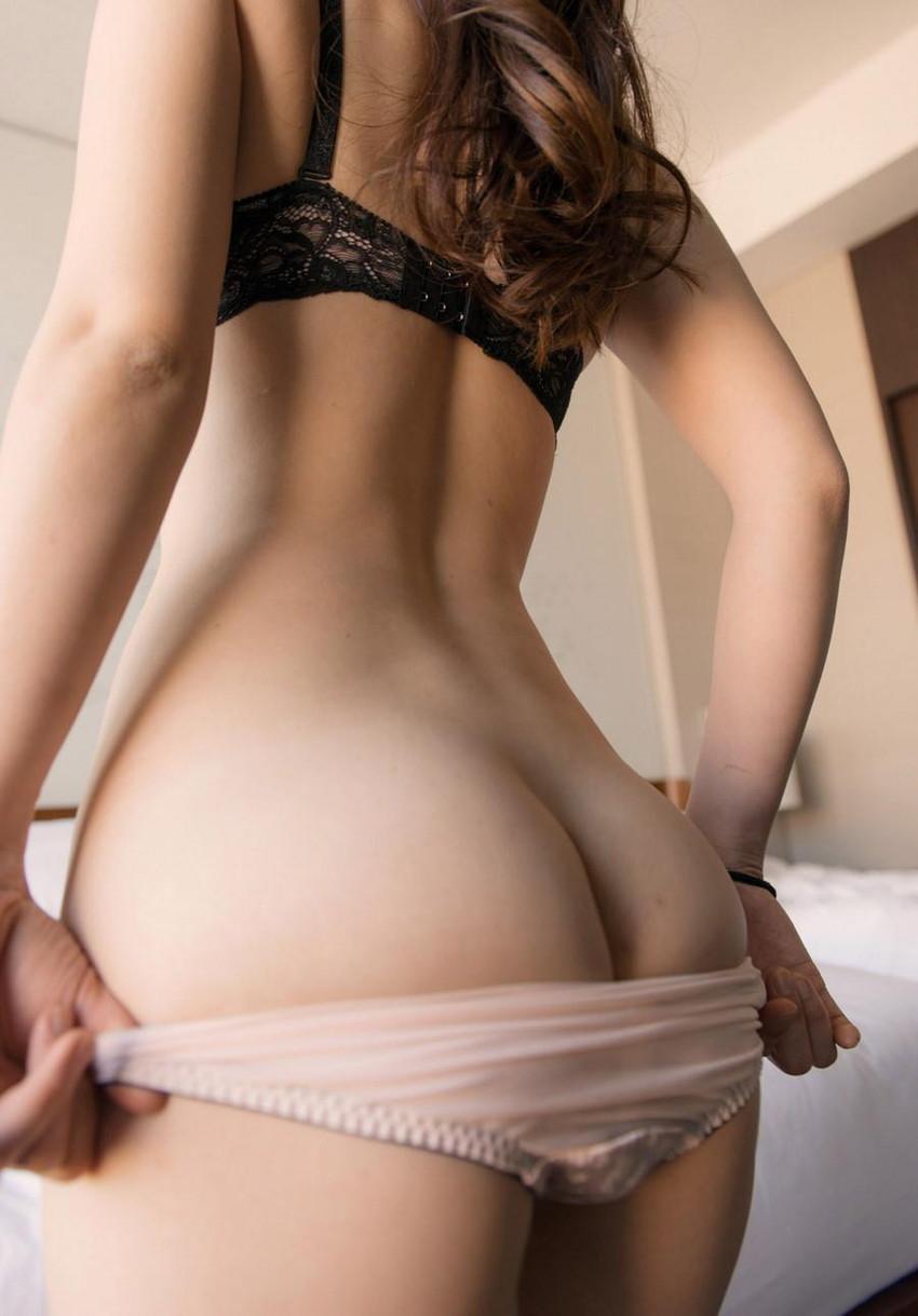 【パンツ半脱ぎエロ画像】女の子がパンツをスルリ…この瞬間が堪らない!www