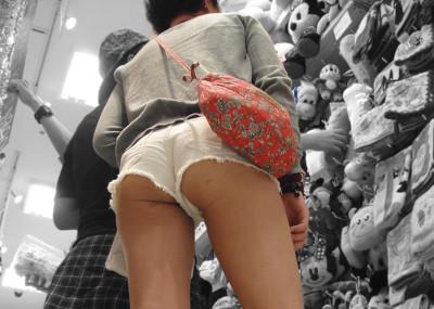 ショッピングモールなど公共の場で隠し撮られた→透けたパンツや太もものエ□画像まとめ40枚!