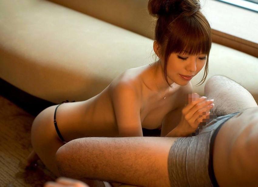 【手コキエロ画像】手コキでシコシコ…意外にも気持ちいい女の子による手コキ! 81