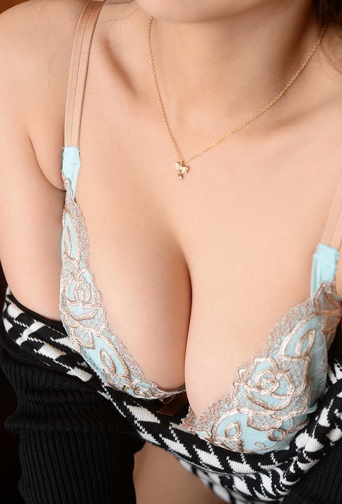 【谷間エロ画像】夏よ!早く来い!強調された胸の谷間!めっちゃエロい! 09