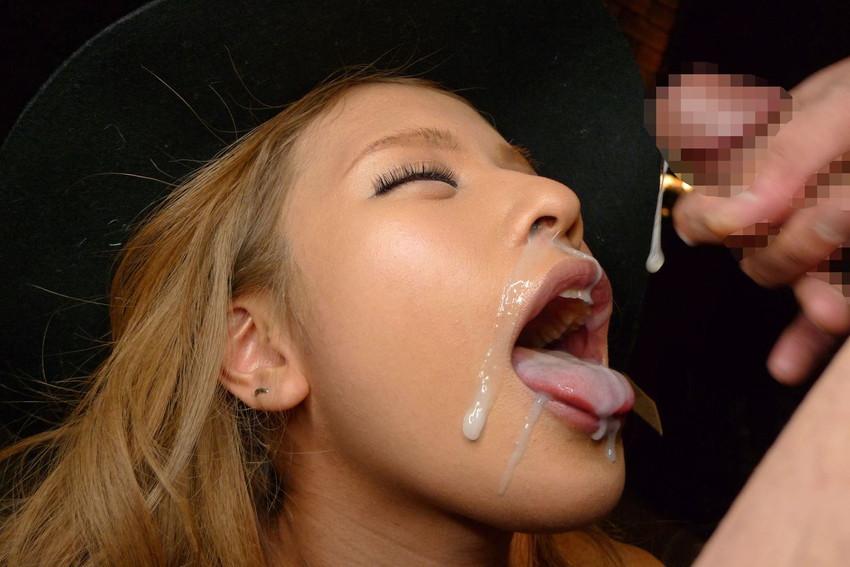 【口内発射エロ画像】これはエロい!濃厚なザーメンをクチで受けとめる美女にフル勃起! 30