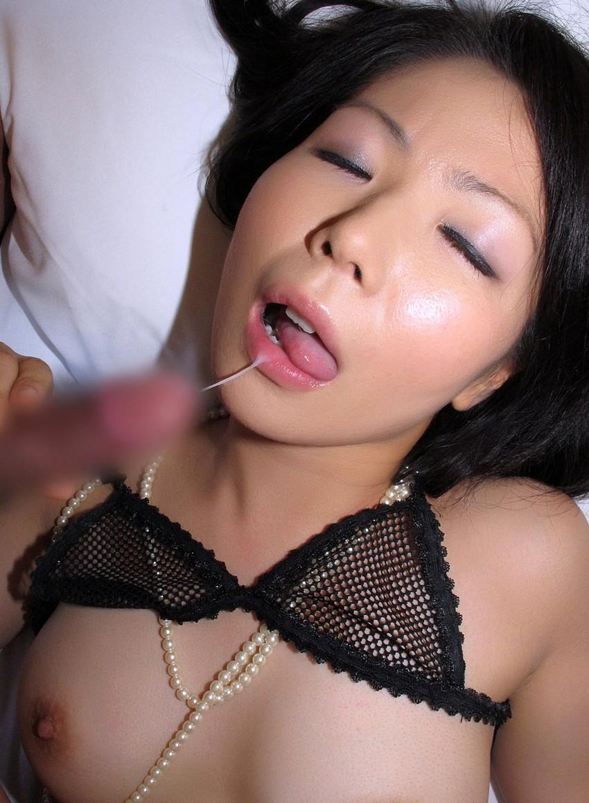 【口内発射エロ画像】これはエロい!濃厚なザーメンをクチで受けとめる美女にフル勃起! 51