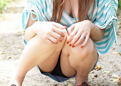 【しゃがみパンチラエロ画像】しゃがみ込んだ女の子の股間にズームインしたエロ画像!