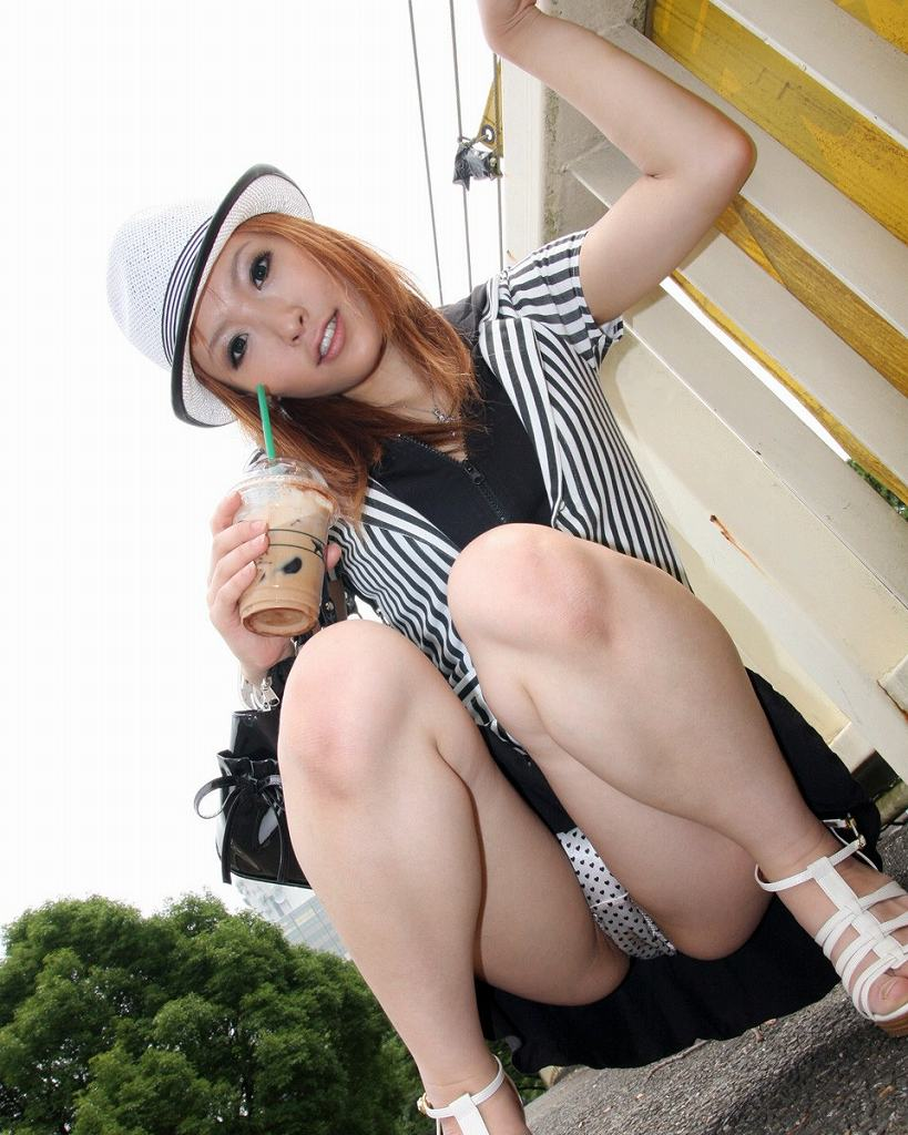 【しゃがみパンチラエロ画像】しゃがみ込んだ女の子の股間にズームインしたエロ画像! 06