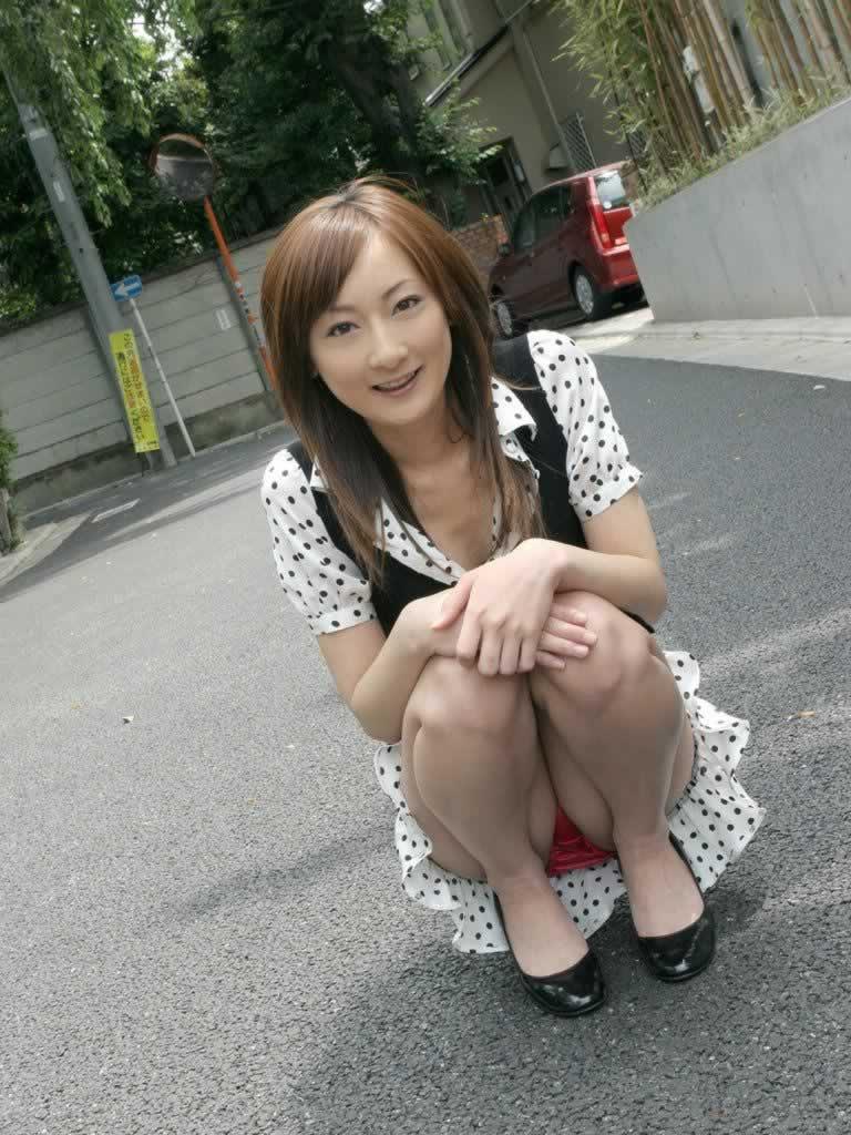 【しゃがみパンチラエロ画像】しゃがみ込んだ女の子の股間にズームインしたエロ画像! 08