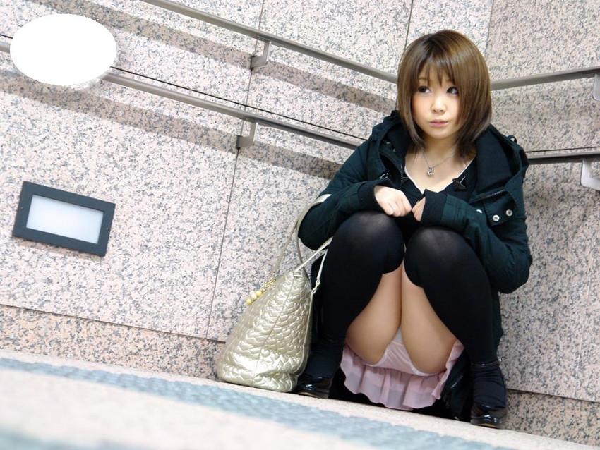 【しゃがみパンチラエロ画像】しゃがみ込んだ女の子の股間にズームインしたエロ画像! 10