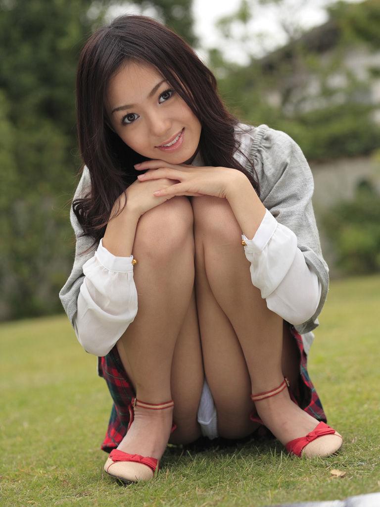 【しゃがみパンチラエロ画像】しゃがみ込んだ女の子の股間にズームインしたエロ画像! 11