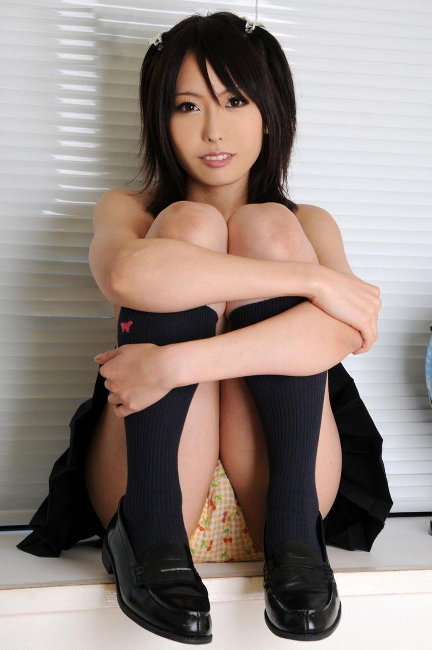 【しゃがみパンチラエロ画像】しゃがみ込んだ女の子の股間にズームインしたエロ画像! 12