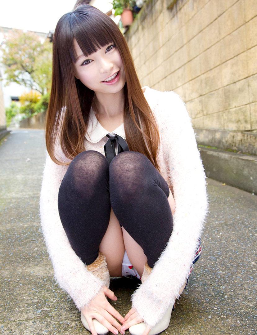 【しゃがみパンチラエロ画像】しゃがみ込んだ女の子の股間にズームインしたエロ画像! 24