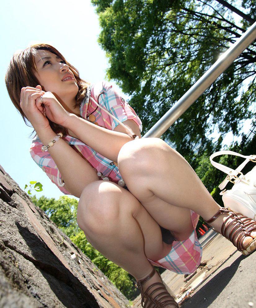 【しゃがみパンチラエロ画像】しゃがみ込んだ女の子の股間にズームインしたエロ画像! 31