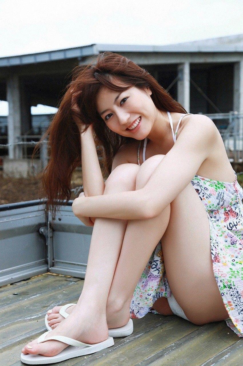 【しゃがみパンチラエロ画像】しゃがみ込んだ女の子の股間にズームインしたエロ画像! 39