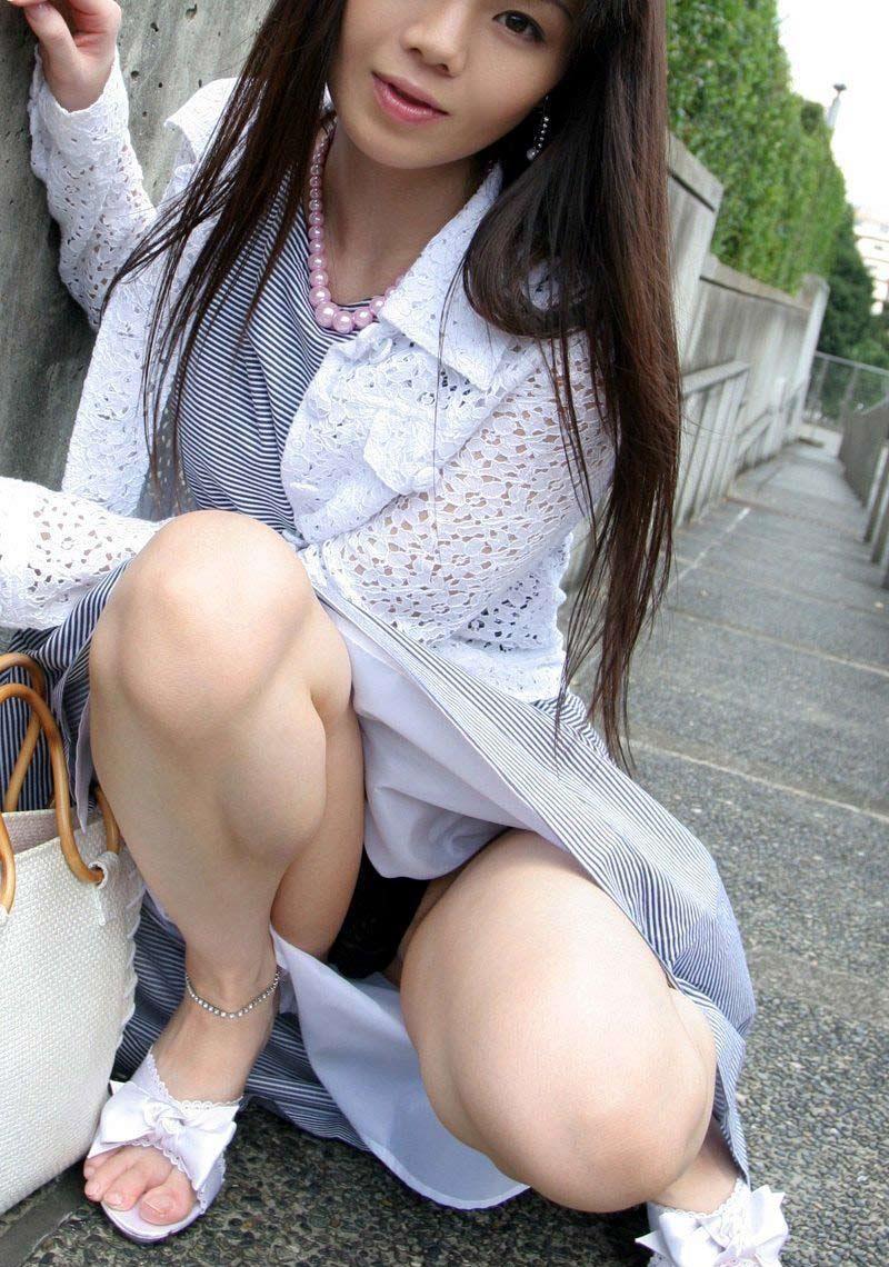 【しゃがみパンチラエロ画像】しゃがみ込んだ女の子の股間にズームインしたエロ画像! 43