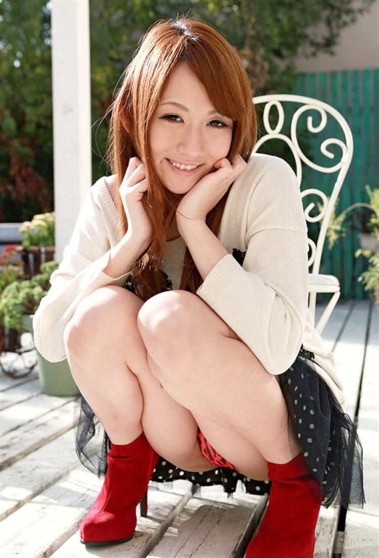 【しゃがみパンチラエロ画像】しゃがみ込んだ女の子の股間にズームインしたエロ画像! 47