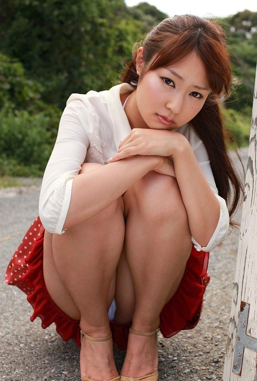 【しゃがみパンチラエロ画像】しゃがみ込んだ女の子の股間にズームインしたエロ画像! 51