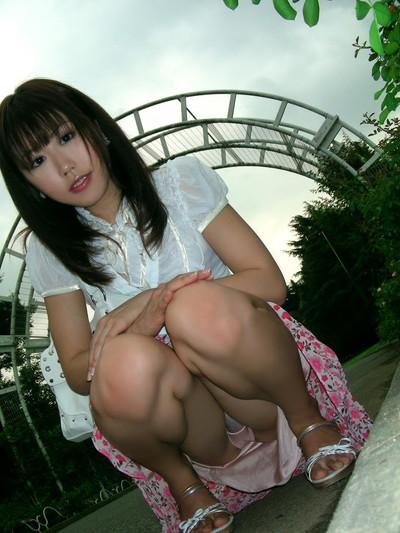 【しゃがみパンチラエロ画像】しゃがみ込んだ女の子の股間にズームインしたエロ画像! 13