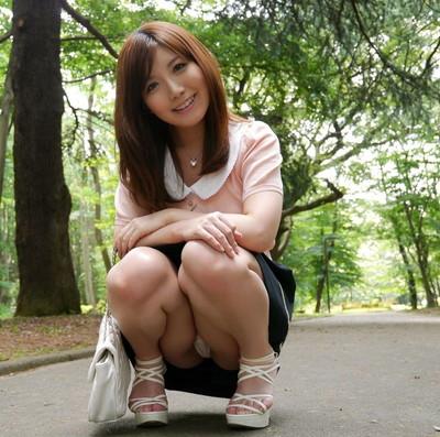 【しゃがみパンチラエロ画像】しゃがみ込んだ女の子の股間にズームインしたエロ画像! 15